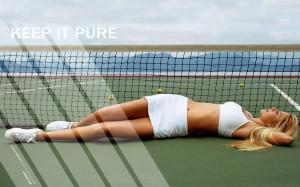 tennis_blondinka_v_belom_sportivnom_kostyume_na_korte_1680x1050